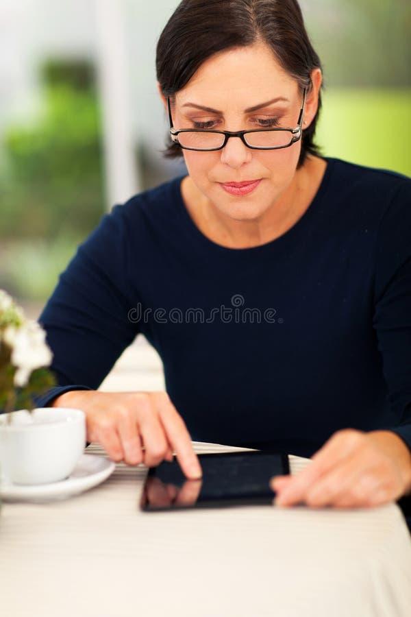 Tabuleta envelhecida meio da mulher fotos de stock royalty free