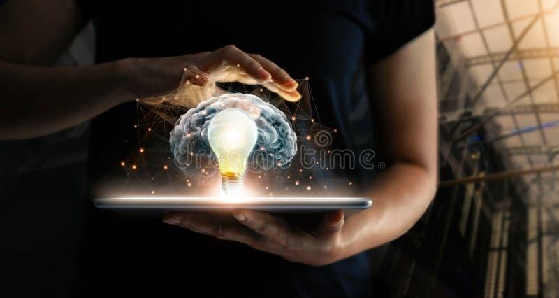 Tabuleta guardando humana com tecnologia do futuro da ampola imagem de stock royalty free