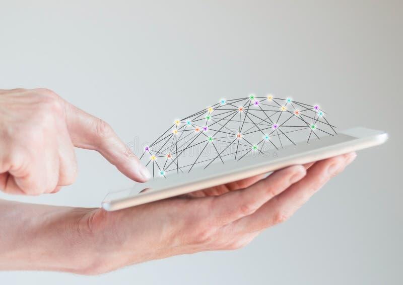 Tabuleta móvel nas mãos masculinas com o dedo que aponta na exposição Conceito de redes informáticas e da rede social imagens de stock royalty free