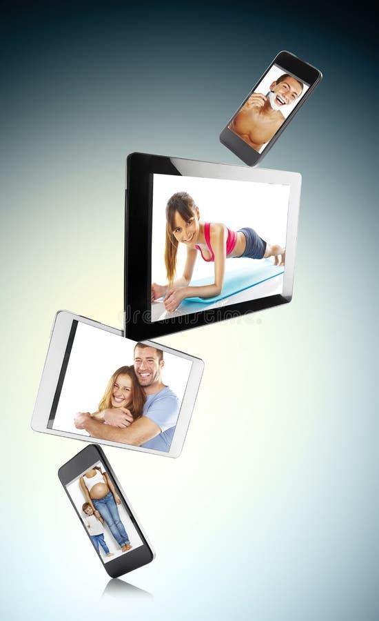 Tabuleta, telefone esperto e dispositivos digitais diferentes com imagens fotografia de stock royalty free