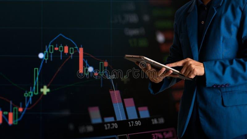 Tabuleta tocante do dedo do homem de negócios com gráfico de lucro da finança e da operação bancária imagens de stock