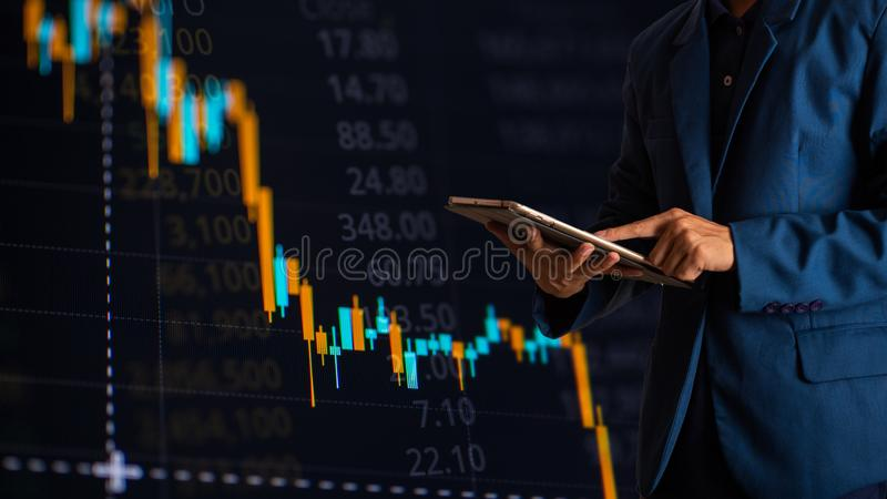 Tabuleta tocante do dedo do homem de negócios com gráfico de lucro da finança e da operação bancária foto de stock