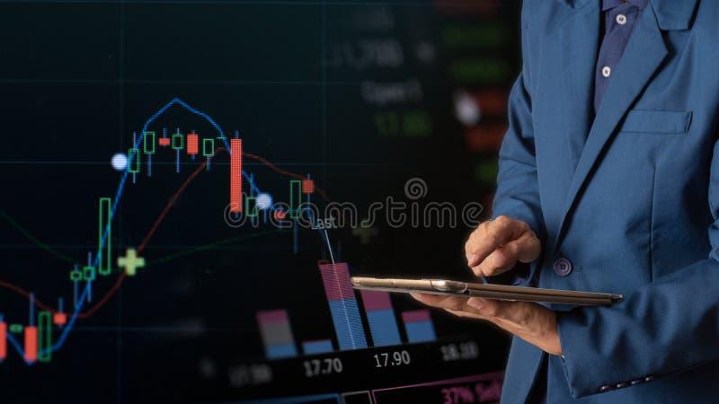 Tabuleta tocante do dedo do homem de negócios com gráfico de lucro da finança e da operação bancária do estoque fotografia de stock royalty free