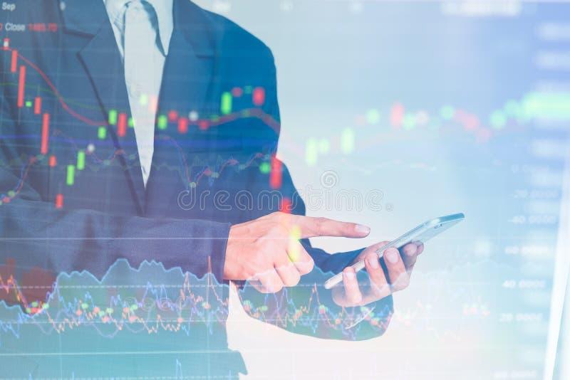 A tabuleta tocante do dedo do homem de negócios com gráfico de lucro da finança e da operação bancária do mercado de valores de a fotos de stock