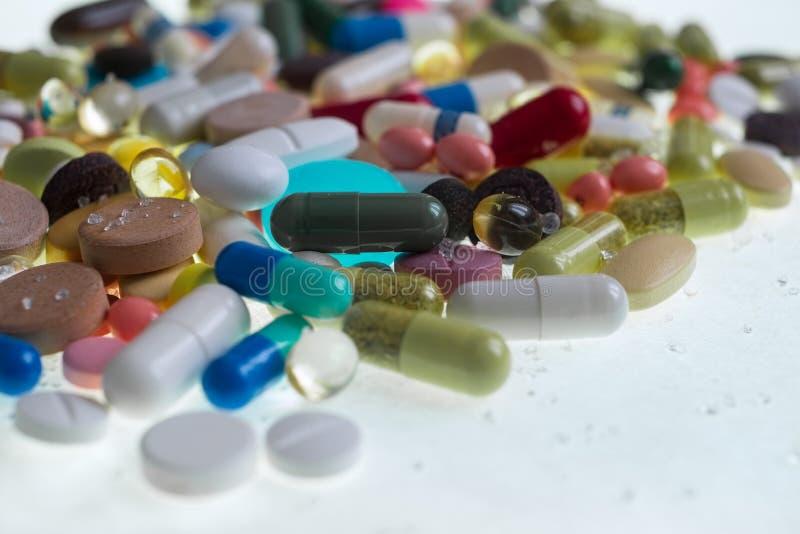 Tabuletas, cápsulas, drogas da terapia e comprimidos coloridos diferentes farmacêuticos imagem de stock royalty free