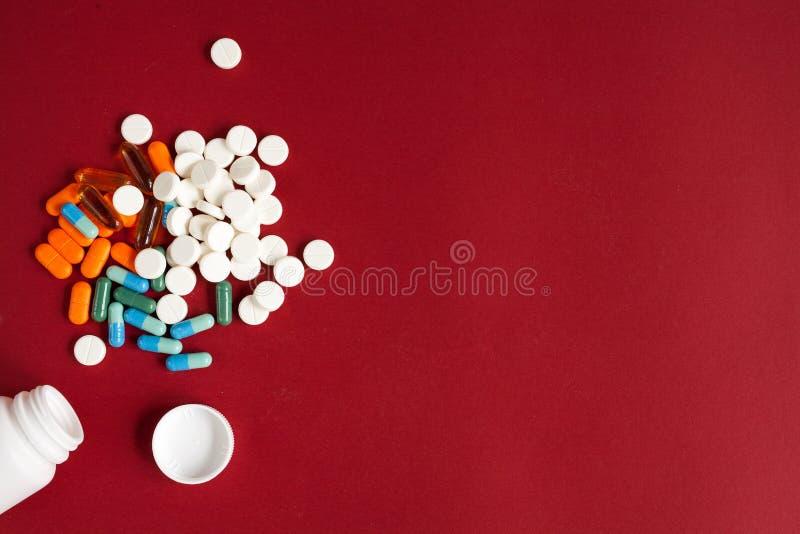 Download Tabuletas Coloridas Na Opinião Superior De Recipiente Plástico Imagem de Stock - Imagem de frasco, pill: 80102601
