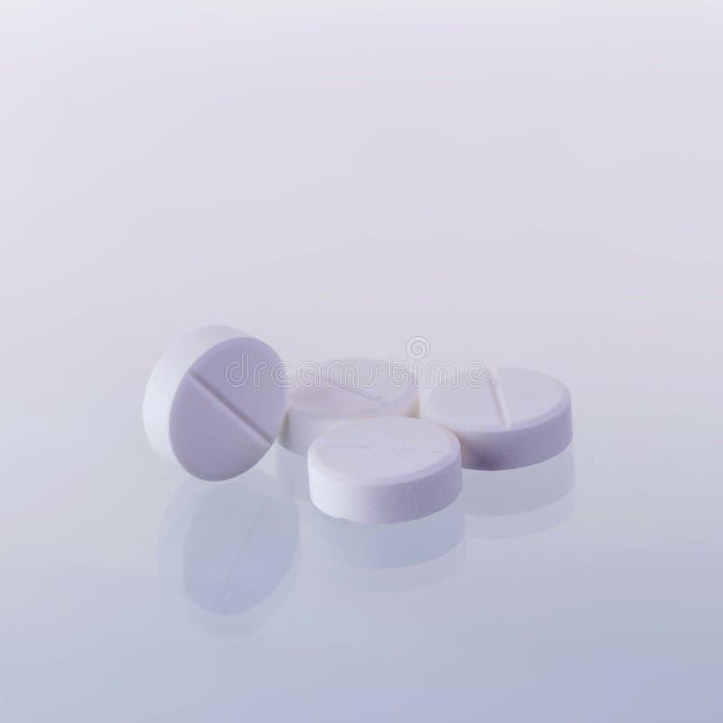 Tabuletas da medicina do paracetamol em um fundo branco fotografia de stock royalty free