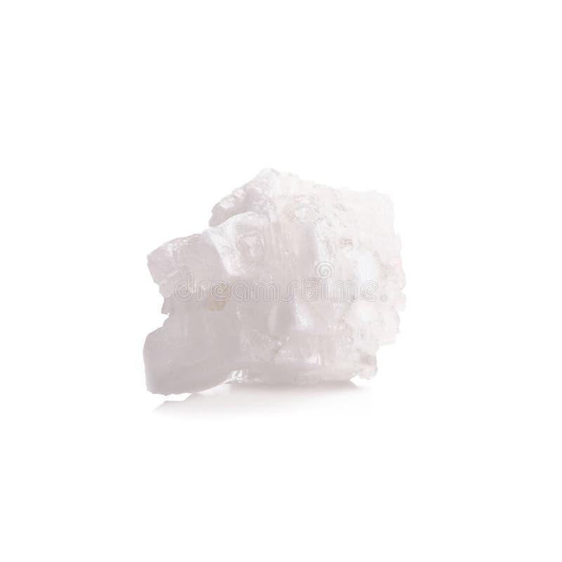 Tabuletas de sal brancas do mar orgânico no fundo branco imagem de stock