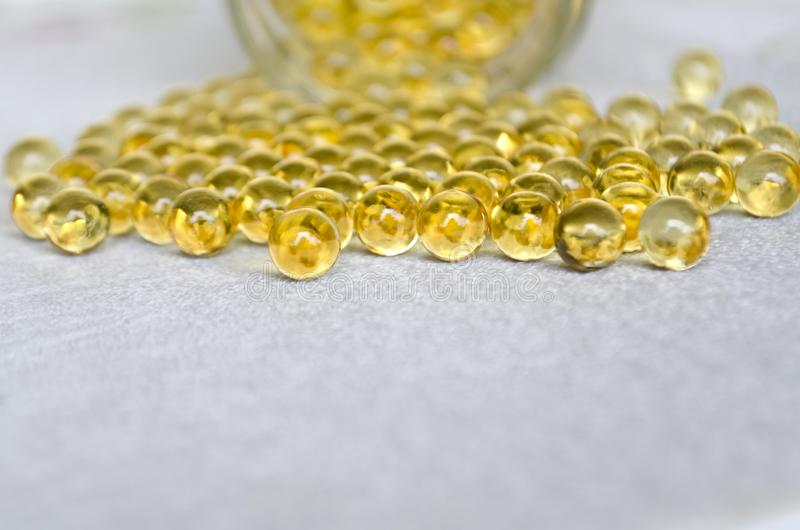 Tabuletas do óleo de peixes omega-3 em cápsulas redondas em um fundo branco Copie o espa?o imagens de stock royalty free
