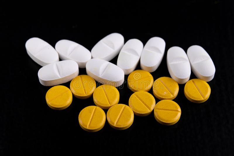 Tabuletas médicas em uma tabela de madeira Várias medicinas médicas foto de stock royalty free