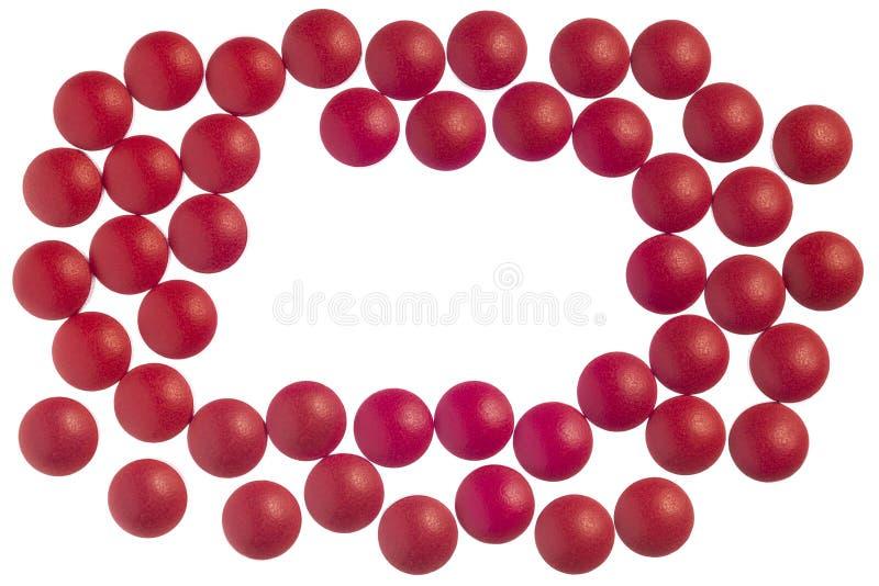 Tabuletas vermelhas do alívio das dores isoladas no branco com espaço da cópia imagens de stock