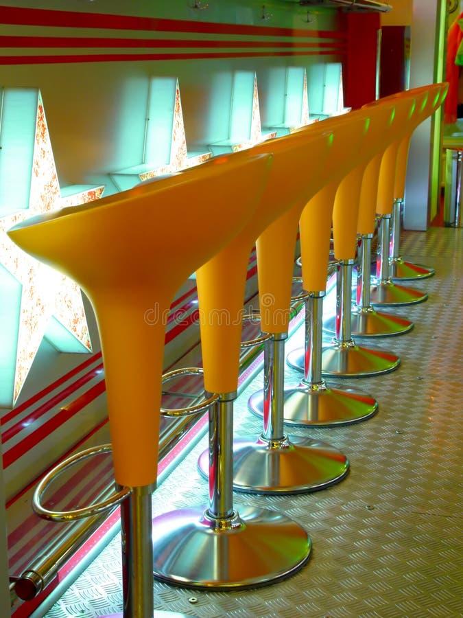 Taburete anaranjado en interior fotos de archivo libres de regalías