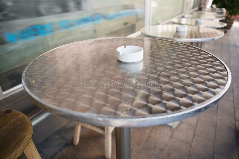 Taburete de bar y tabla con la bandeja de ceniza imagen de archivo libre de regalías