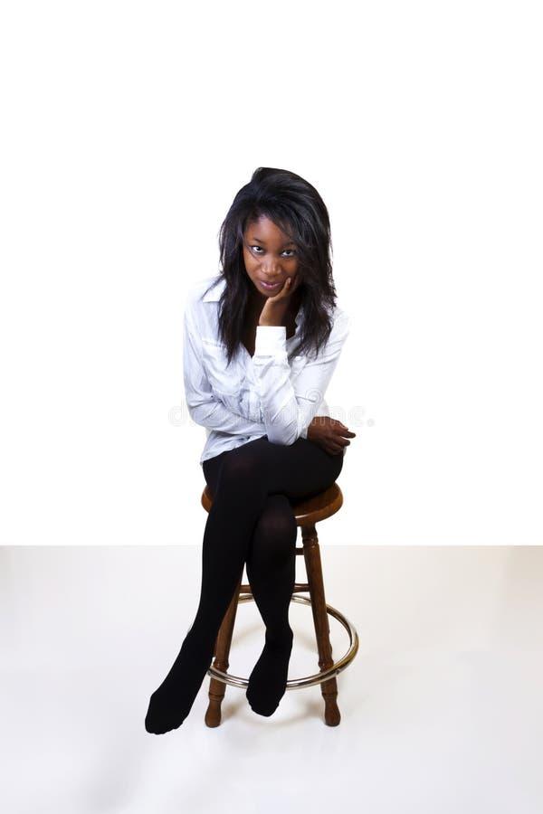 Taburete joven de la camisa de las medias de la mujer del afroamericano imágenes de archivo libres de regalías