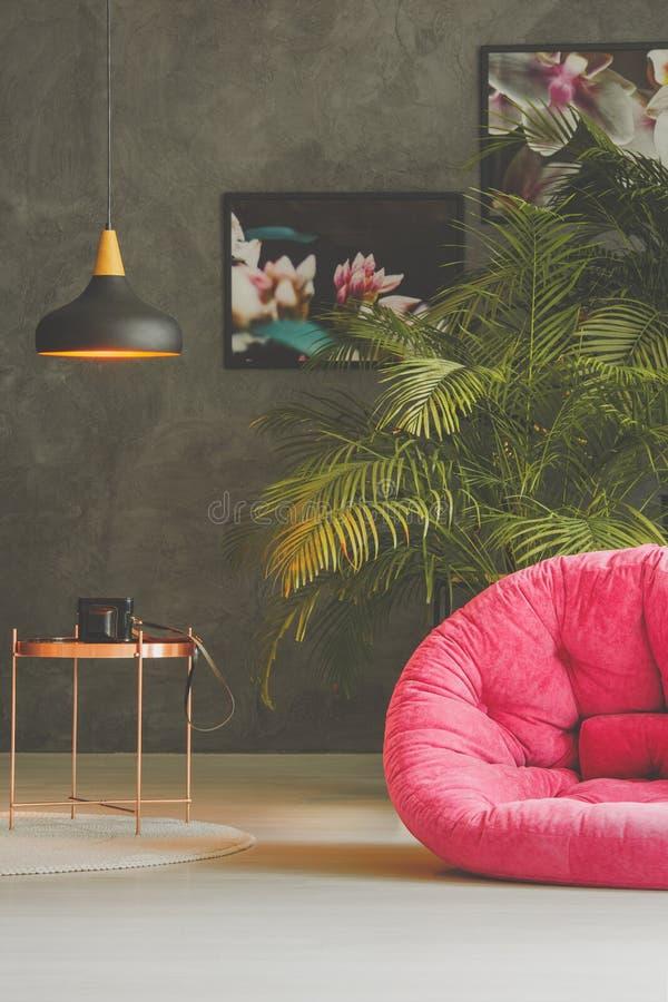 Taburete rosado en sitio oscuro imágenes de archivo libres de regalías