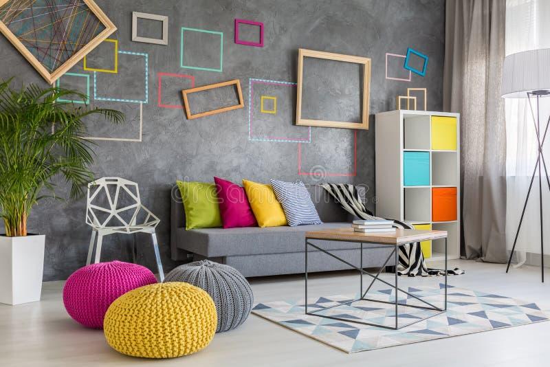 Taburetes coloridos en salón imagen de archivo libre de regalías