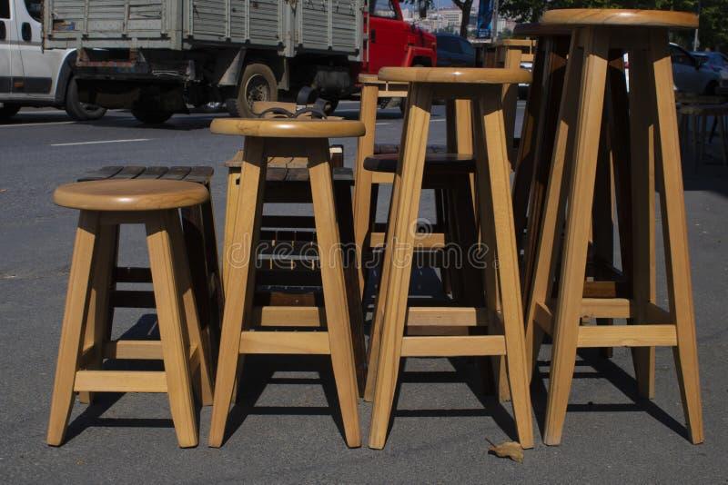 Taburetes redondos de madera en la calle foto de archivo