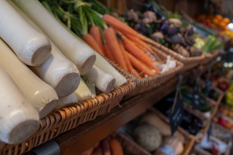 Taca świezi leeks, marchewki i inni veggies przy, rolnicy wprowadzać na rynek w łozinowym koszu zdjęcia stock
