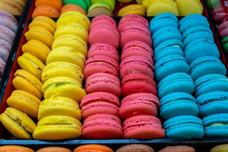 Taca kolorowy macaron dla sprzedaży przy patisserie zdjęcie royalty free