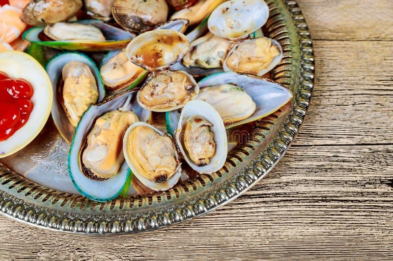 Taca odparowany mieszanka owoce morza, garnela wewnątrz, skorupa i whelk, przygotowywający dla je dla lunchu lub obiadowego przyj fotografia stock