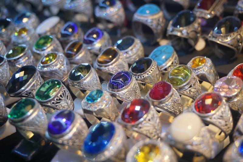 Taca pierścionki robić srebro z gemstone zdjęcie stock