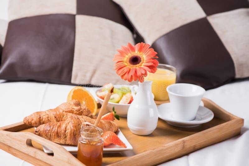 Taca z śniadaniem na łóżku obrazy royalty free