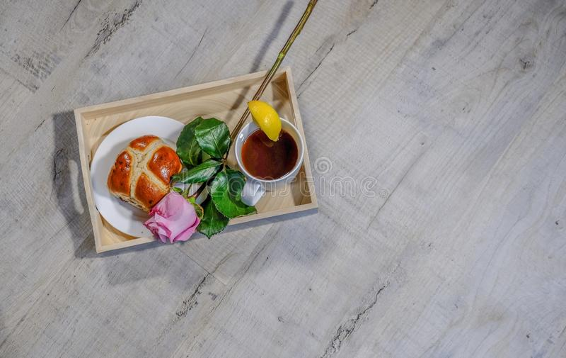 Taca z cytryny herbatą i gorąca przecinająca babeczka z różowimy różanego lying on the beach przez próbę Set na popielatym drewni fotografia stock