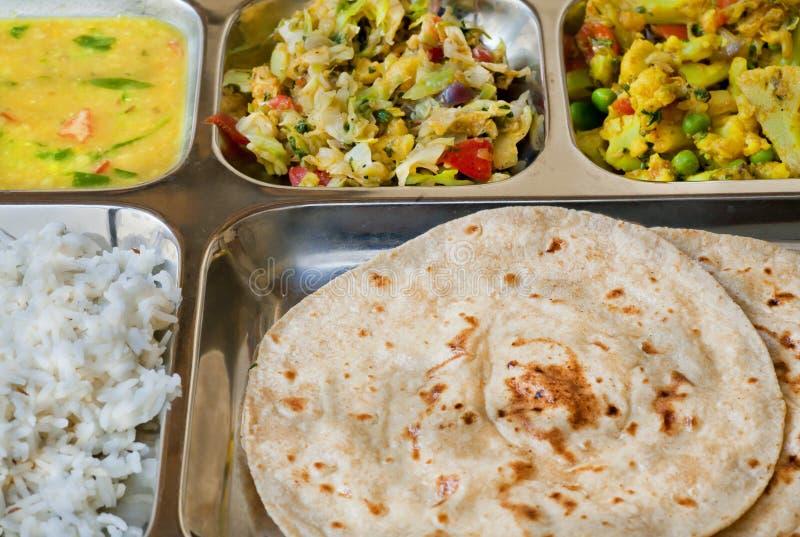 Taca z Indiańskim naczynia thali, subji, ryż i chapati chlebem, fotografia royalty free