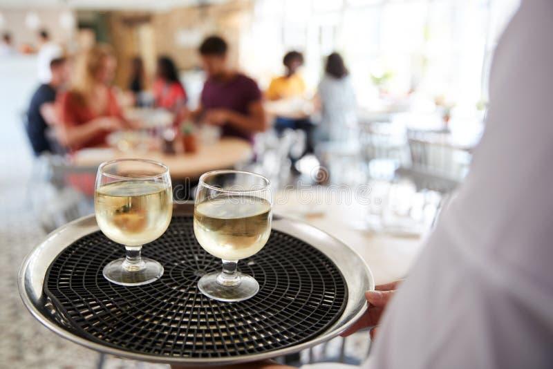 Taca z napojami niosącymi kelnerem przy restauracją, zakończenie w górę zdjęcia royalty free