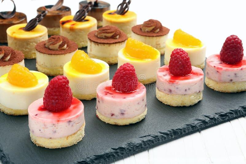 Taca z wyśmienicie cateringów tortami obrazy stock