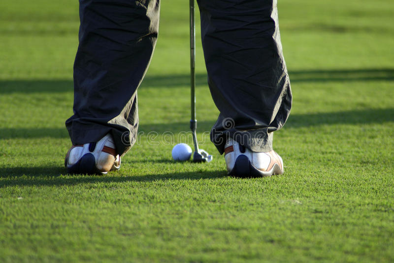 Tacada leve no campo de golfe fotos de stock