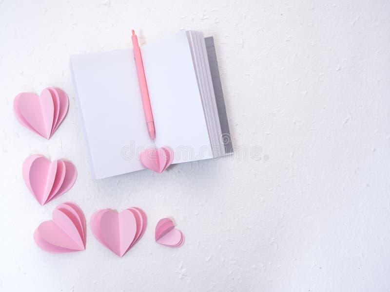 Taccuini con i cuori di carta rosa immagine stock