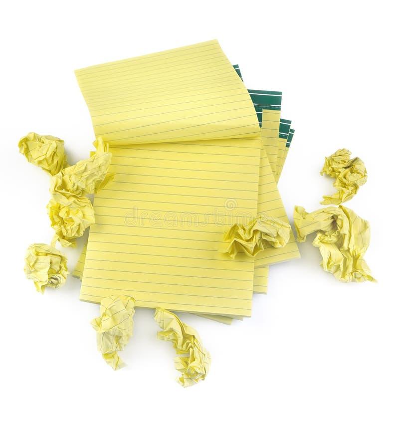 Taccuini di carta allineati e documento sgualcito fotografie stock