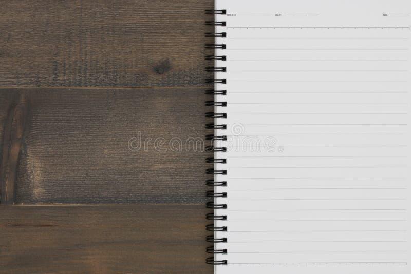 Taccuino aperto in bianco sulla tavola di legno immagine stock