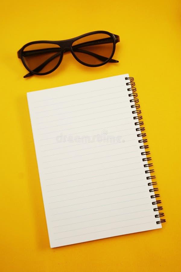 Taccuino aperto della pagina della carta in bianco strutturato fotografia stock