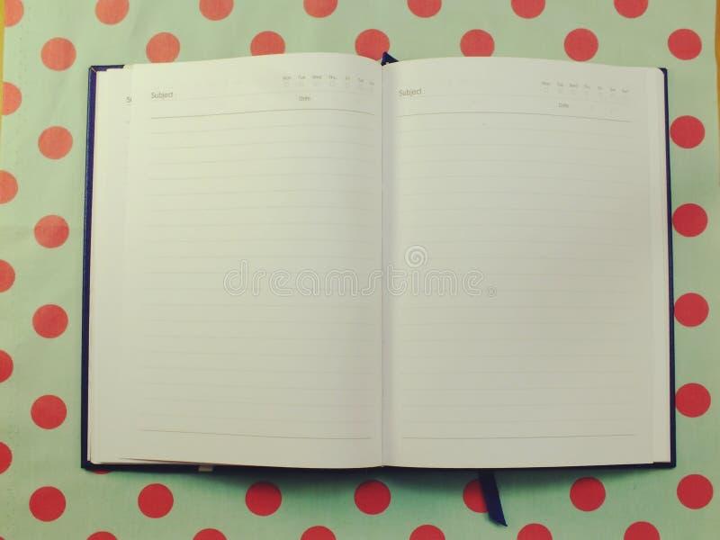 Taccuino aperto della pagina della carta in bianco strutturato fotografia stock libera da diritti