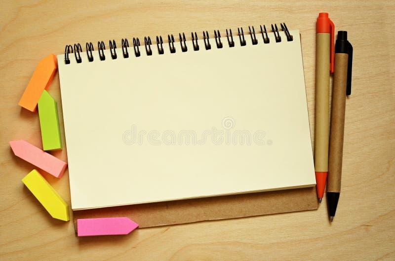 Taccuino, autoadesivi e penne immagini stock