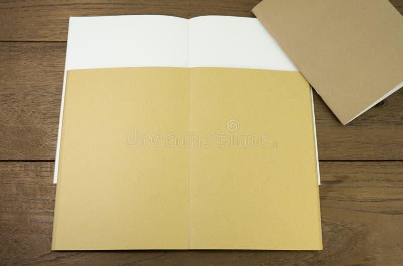 Taccuino in bianco o sketchbook in bianco su di legno fotografia stock libera da diritti
