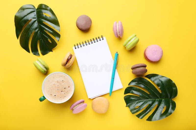 Taccuino con i macarons variopinti fotografia stock