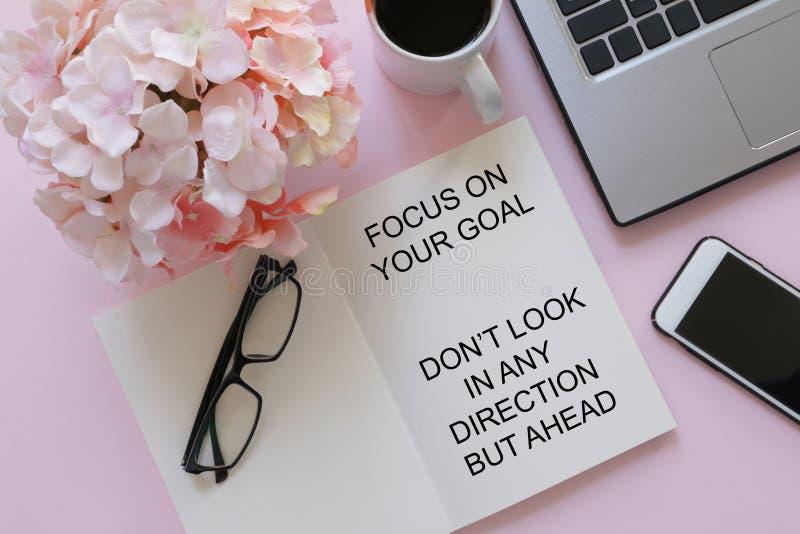 Taccuino con la citazione motivazionale - il fuoco sul vostro scopo, non guarda in alcuna direzione ma avanti immagine stock libera da diritti
