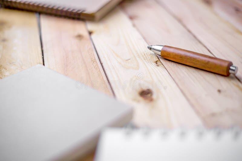 Taccuino con la matita sulla vecchia tavola di legno fotografie stock