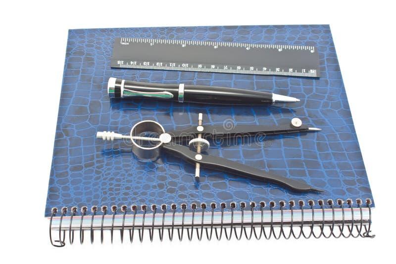 Taccuino con la penna, la bussola di disegno ed il righello immagini stock libere da diritti