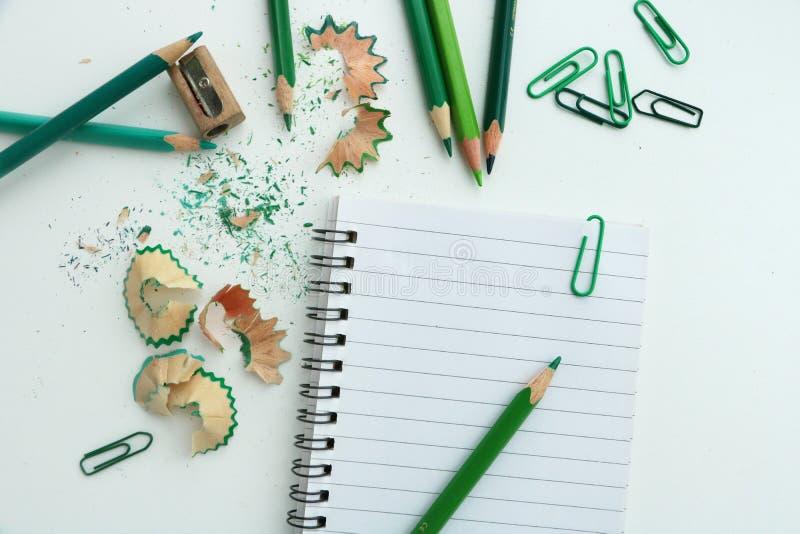 Taccuino con le matite verdi fotografia stock libera da diritti