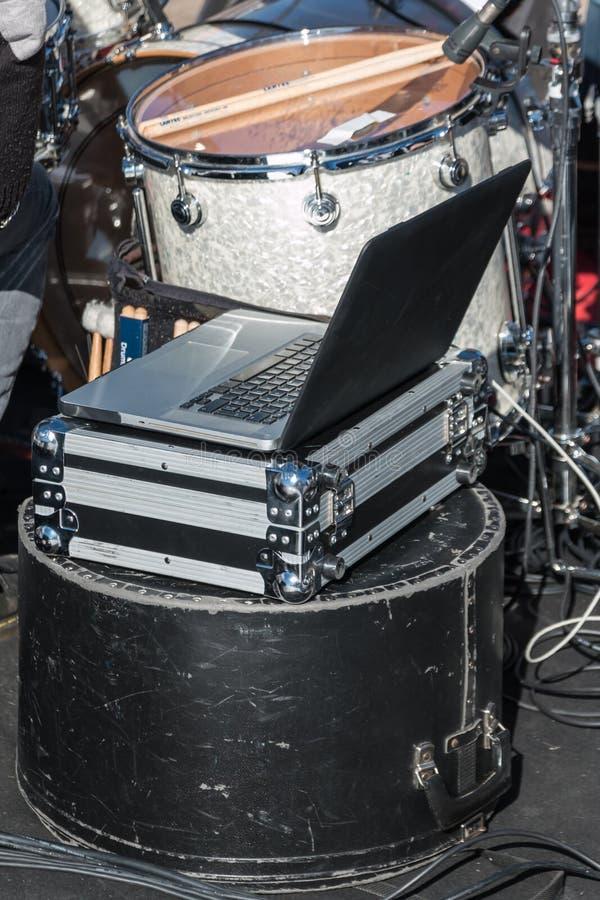 Taccuino del pc sopra i casi di protezione della cassa del metallo e del tamburo nero fotografie stock