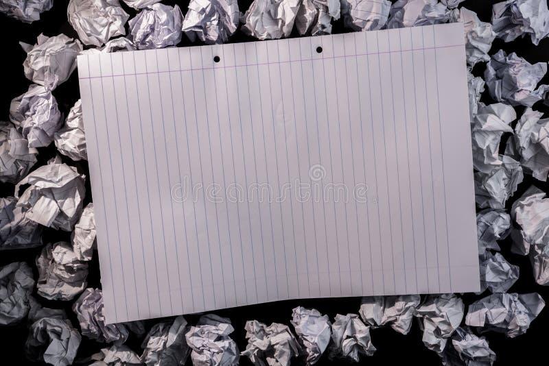 Taccuino di carta allineato su carta sgualcita fotografia stock libera da diritti