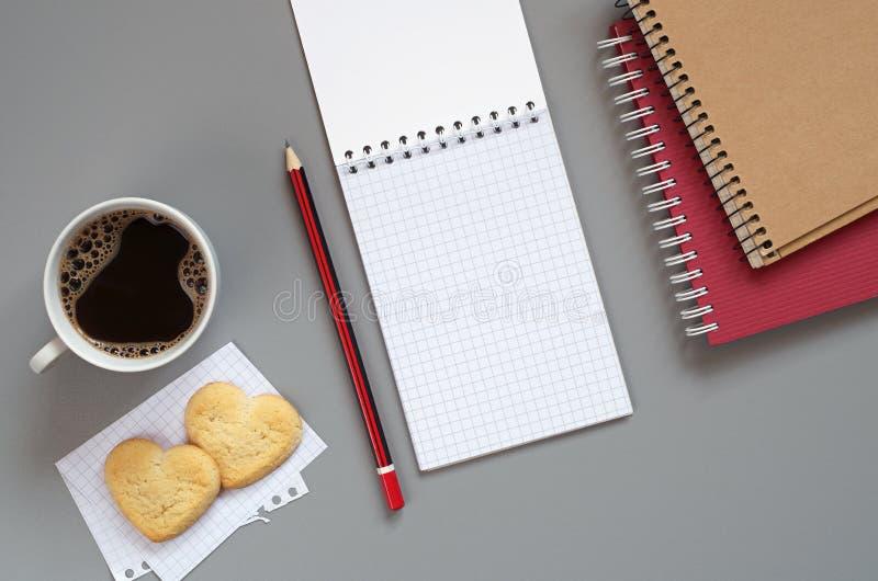 Taccuino e caffè con i biscotti fotografie stock libere da diritti