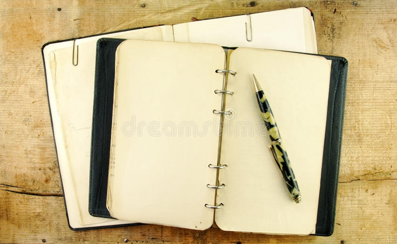 Taccuino e penna dell'annata fotografia stock