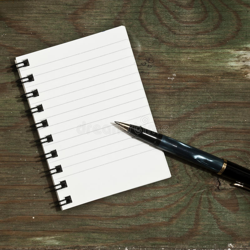 Taccuino e penna su una tavola fotografia stock