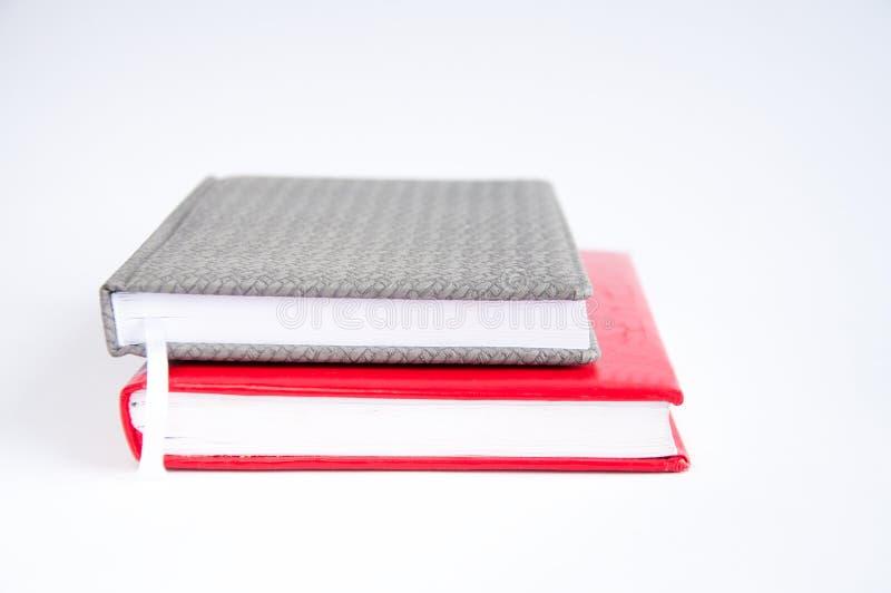 taccuino grigio chiuso sulla tavola Su un blocco note rosso O immagini stock