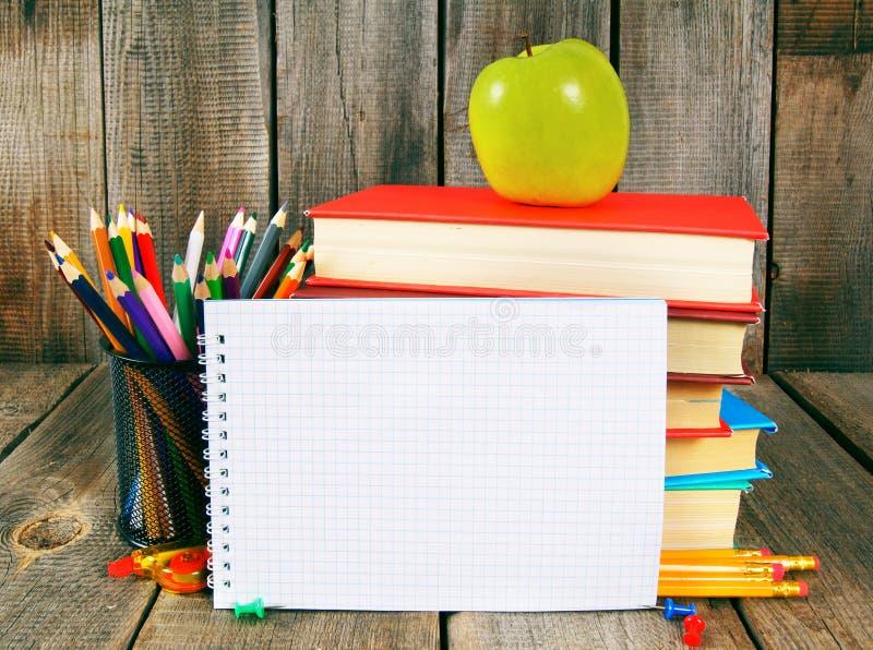 Taccuino, libri e strumenti della scuola fotografia stock